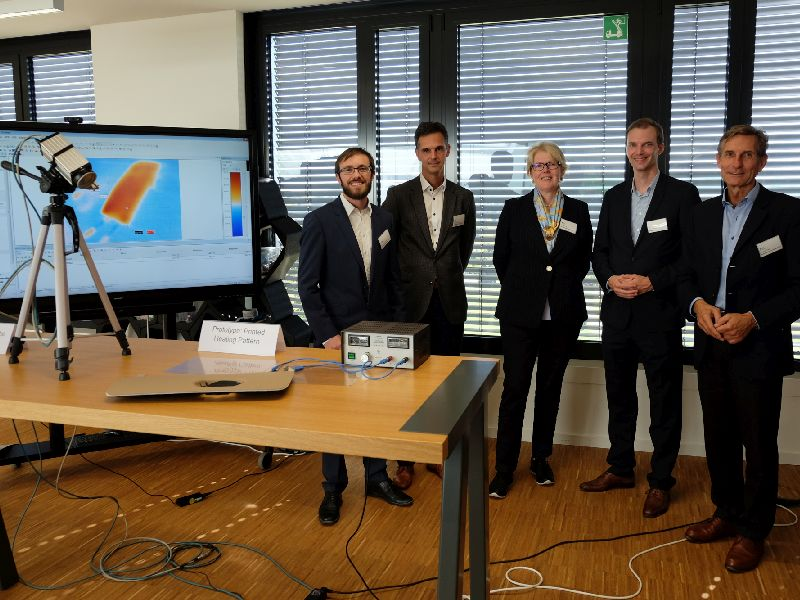 At the final meeting of the Printed Electronics consortium project, the temperature and homogeneity of the thermal radiation of the prototype of an alternative heating concept for electric vehicles were demonstrated. From left to right: Frederik Klöckner (Technology Manager, KEX Knowledge Exchange AG), Dr. Daniel Lenssen (Director Business Development, Papierfabrik Louisenthal GmbH), Gabriele Nau (Senior Market Manager Consumer Goods & Electronics, Lohmann Group), Dr. Christoph Mersmann (Research, New Technologies, Innovations, BMW Group), Mario Keller (Strategic Technology Marketing, Papierfabrik Louisenthal GmbH). Copyright: KEX Knowledge Exchange AG
